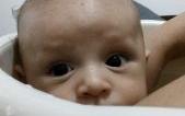 Por que este bebê com carinha de 3 meses, já tem um ano?